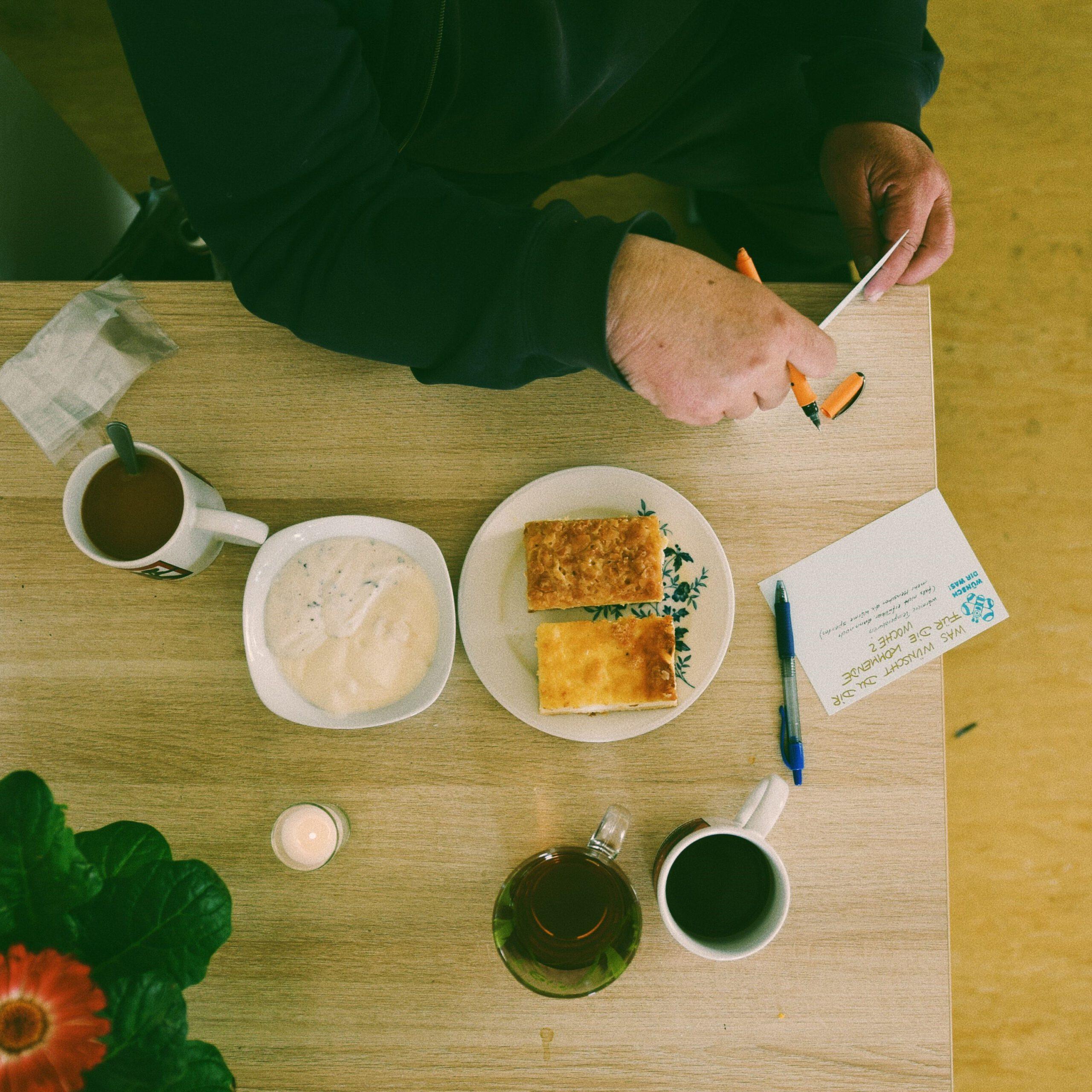 Tisch mit Speisen und Getränken