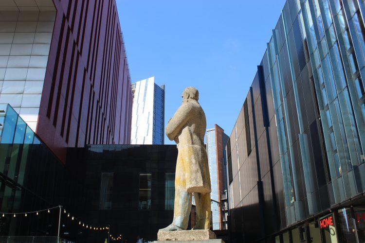 Engels Statue vor dem HOME (c)Heda Bayer