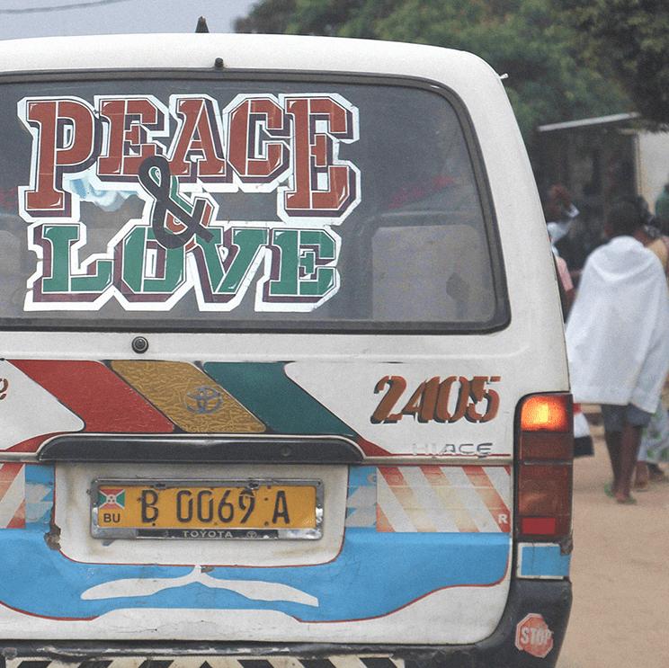 Auto in Bulgarien mit Aufschrift: PEACE AND LOVE