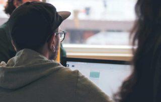 Junge Menschen am PC