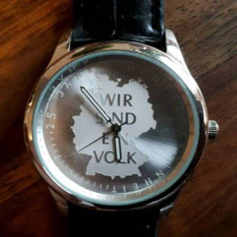 Uhr mit Deutschlandkarte und Aufschrift: Wir sind ein Volk